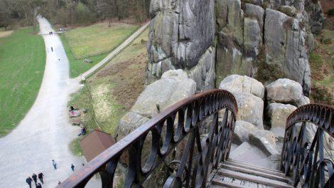 Die Felstürme der Externsteine verbindet eine Brücke