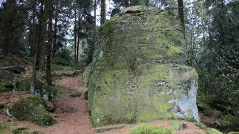 Wer zum Velmerstot wandert, kommt vorbei an bizarren Felsformationen