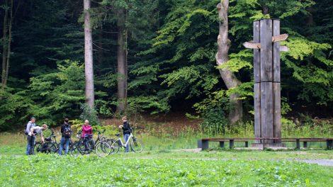 In der Nähe der Externsteine liegt dieses Wegekreuz, das die Kreuzung des Europäischen Fernwanderweges E1 mit dem Europaradweg R1 markiert