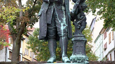 Vor dem Bachhaus in Eisenach steht eine Statue von Bach