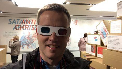 Ich bei einem Rundgang durch die Sonderausstellung mit 3D-Brille im Lutherhaus Eisenach