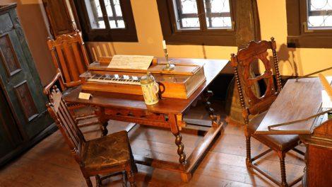 Möbelstücke aus der Zeit Bachs werden im Bachhaus in Eisenach gezeigt