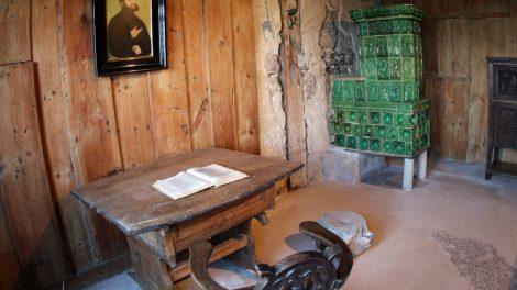 In diesem Raum auf der Wartburg hat Martin Luther die Bibel übersetzt