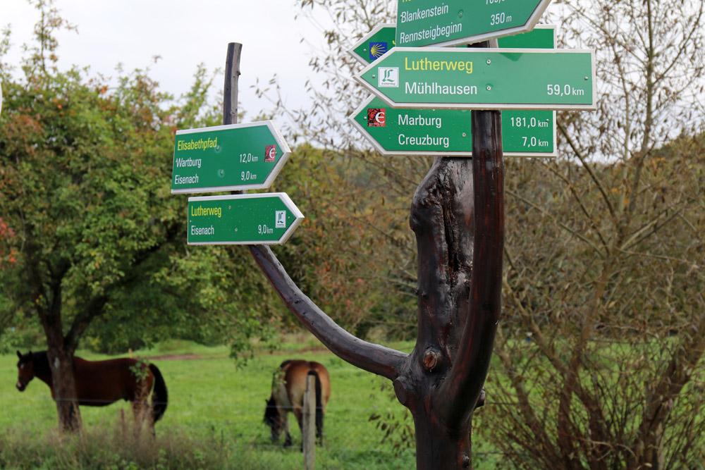 Der Lutherweg ist oft ausgeschildert, an manchen stellen empfiehlt sich aber eine Karte
