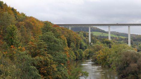 Hinter Hörschel überquert die Autobahnbrücke der A4 das Werratal