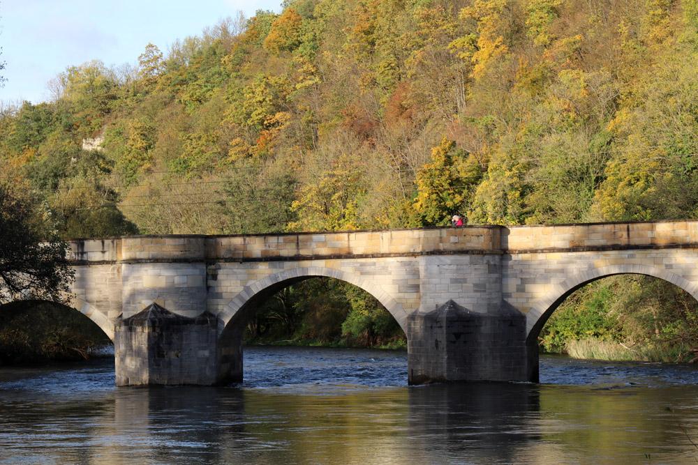 In Creuzburg überspannt eine alte Brücke die Werra
