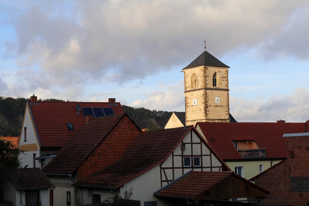 Der Ort Creuzburg in Thüringen im Lichte der untergehenden Sonne