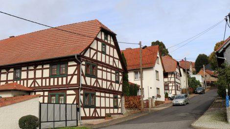 Niedliche Dörfer mit Fachwerkhäusern wie hier in Scherbda prägen das Bild beim Lutherweg wandern in Thüringen