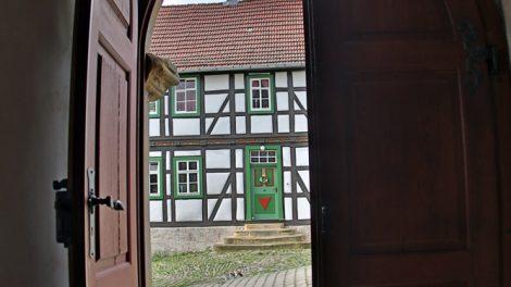 Blick aus der Dreifaltigkeitskirche Scherbda am Lutherweg in Thüringen