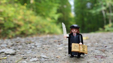 Nach Martin Luther ist der Lutherweg benannt. Hier der Reformator aus Playmobil.