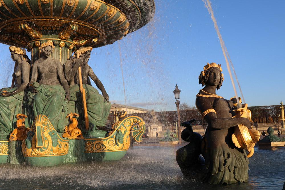 Das Gold der Brunnen am Place de la Concorde leuchtet in der Herbstsonne besonders intensiv