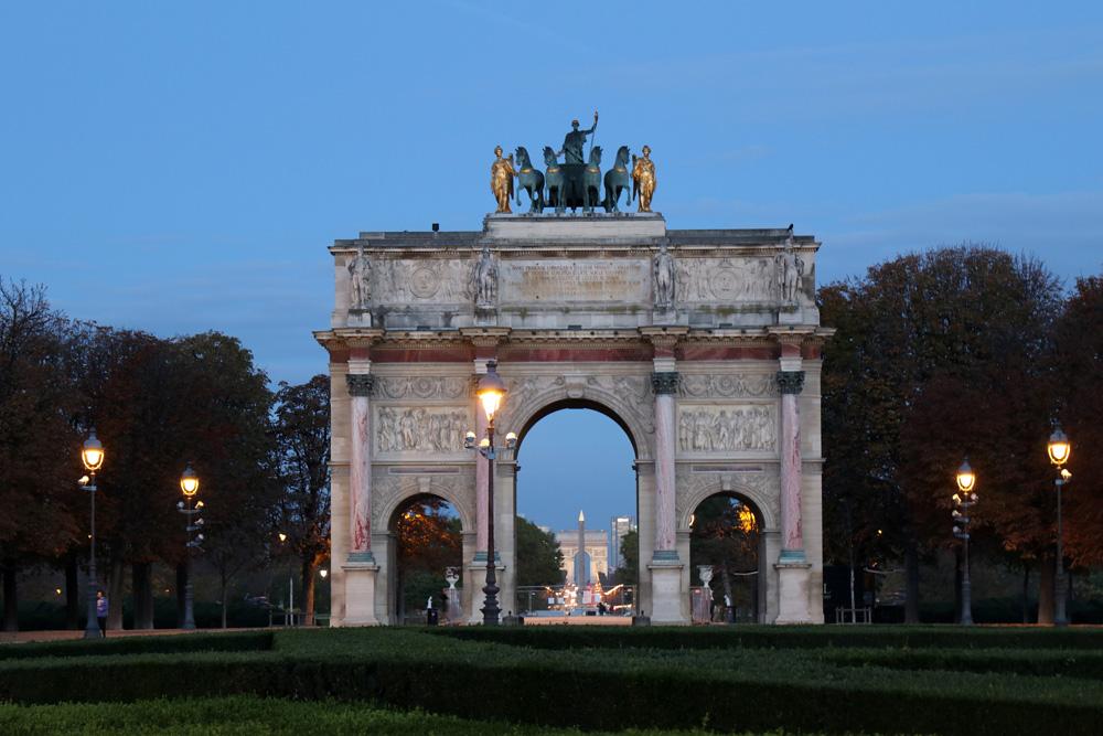 Am frühen Morgen ist am Arc de Triomphe du Carrousel in Paris fast nichts los
