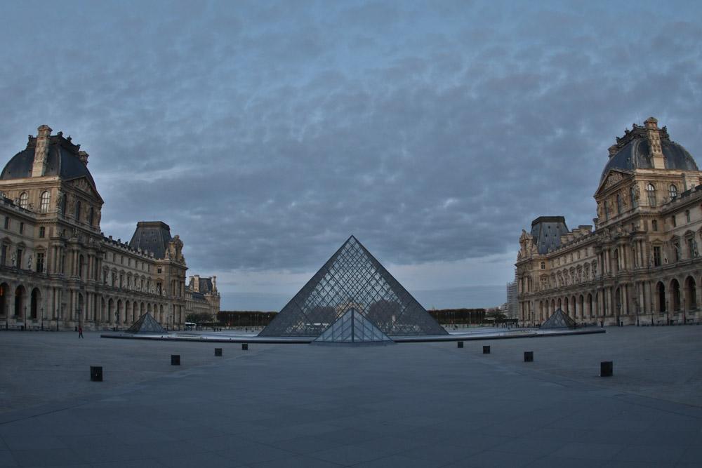 Der Louvre in Paris mit der Glaspyramide in der Morgendämmerung