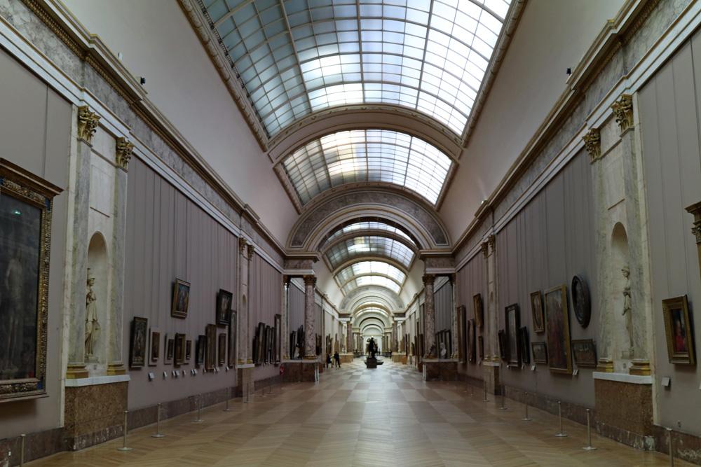In der Großen Galerie im Louvre Museum in Paris hängen die italienischen Meister