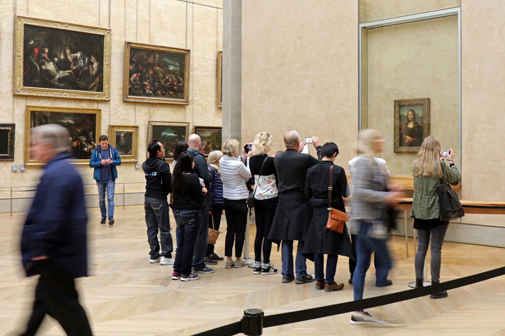 Saal im Louvre Museum in Paris, in dem die Mona Lisa von Leonardo da Vinci hängt