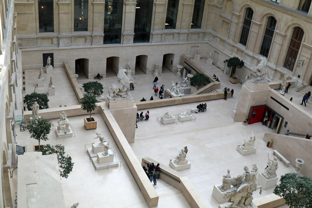 Statuen im Louvre