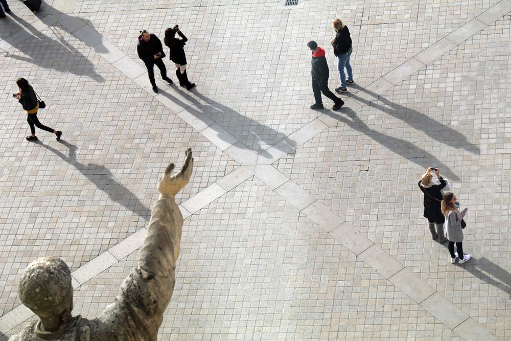 Auch am Louvre in Paris sind im Herbst deutlich weniger Menschen unterwegs als im Sommer