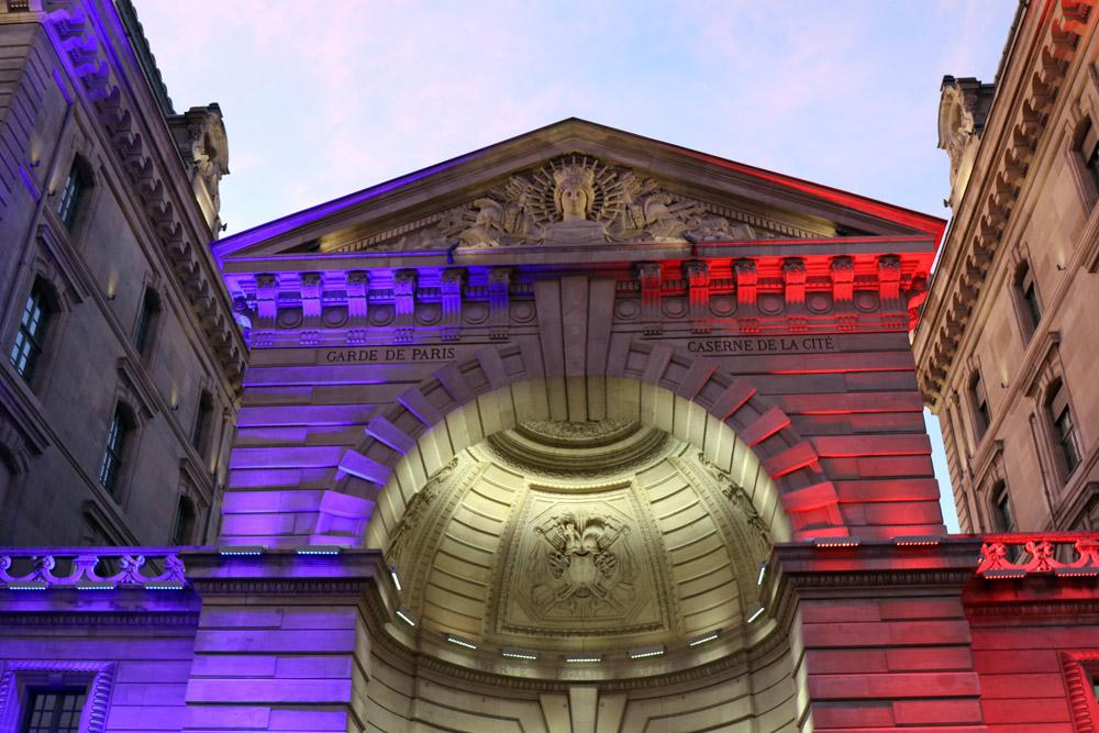 Die Préfecture de Police in Paris wird am Abend in den Farben der französischen Flagge angestrahlt