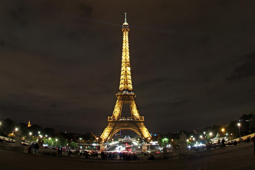 Den Eiffelturm in Paris muss man unbedingt auch im Dunkeln bei Nacht gesehen haben