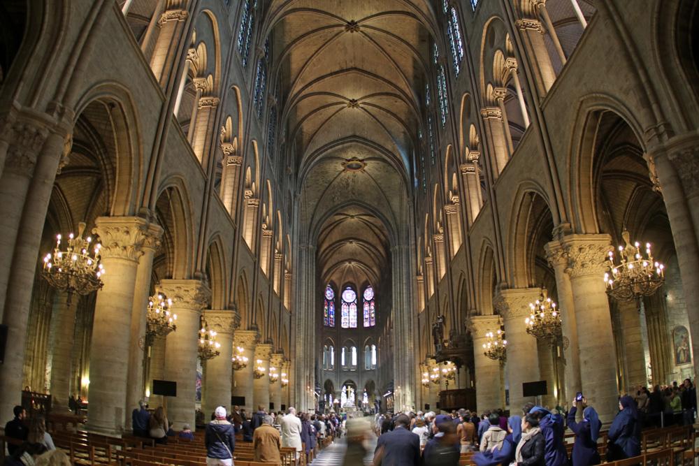 Blick ins Innere von Notre Dame in Paris