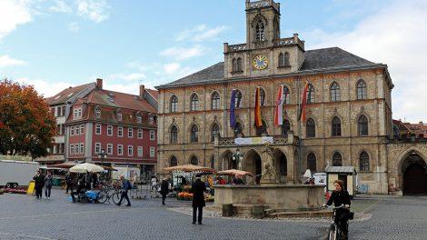 Das Rathaus auf dem Marktplatz in Weimar