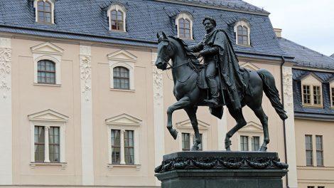 Reiterstatue vor der Anna Amalia Bibliothek in Weimar