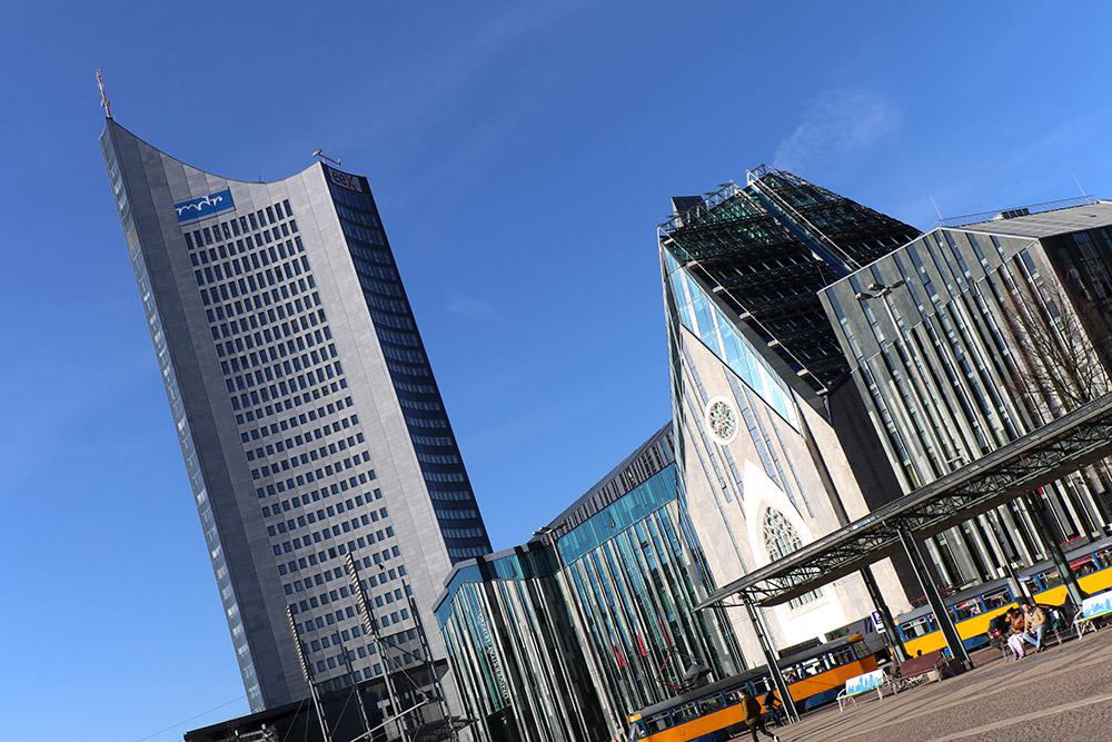Das City Hochhaus bzw der Panorama Tower in der Innestadt von Leipzig mit der Universität