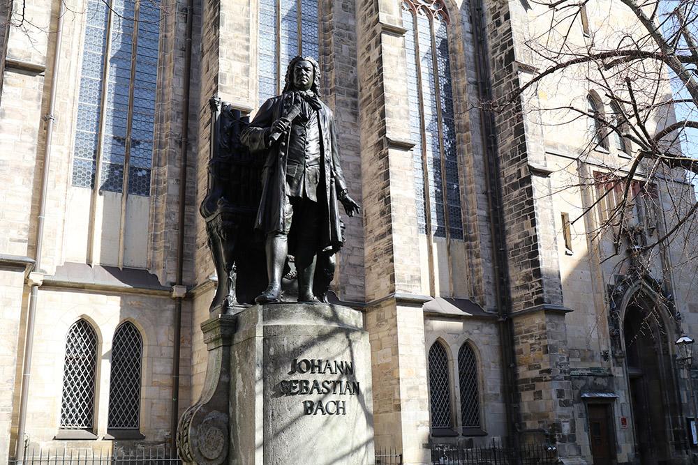 Bach Denkmal vor der Thomaskirche in Leipzig