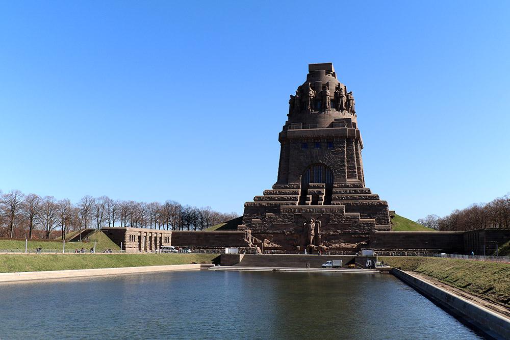 Völkerschlachtdenkmal Leipzig mit See der Tränen