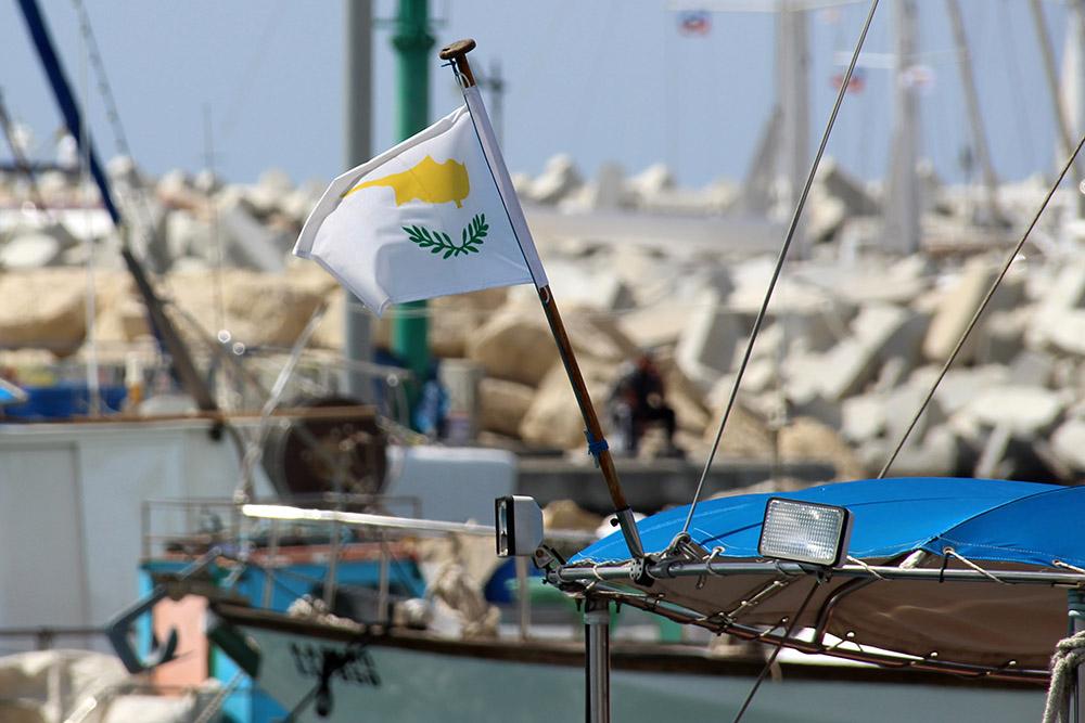 Funfacts über Zypern: Auf der Flagge Zyperns ist die Karte der Insel abgebildet