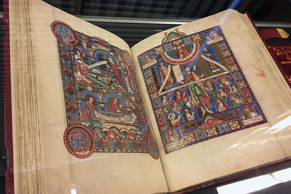 Das Evangeliar Heinrich des Löwen ist das zweitteuerste Buch der Welt es befindet sich in der Herzog August Bibliothek in Wolfenbüttel