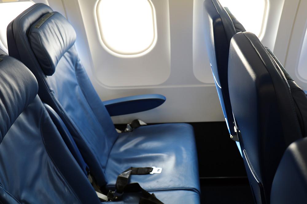 Sitze der Economy Class in der Cobalt Airline