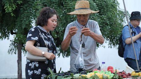 Markt in China mit einem Händler und Obst