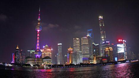 Hochhäuser der Skyline von Shanghai in China bei Nacht