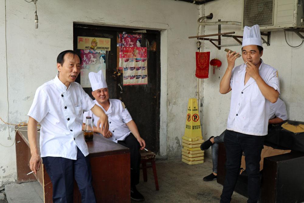 Nicht nur diese Köche sind in der Wasserstadt Mudu in China bei Shanghai sehr entspannt