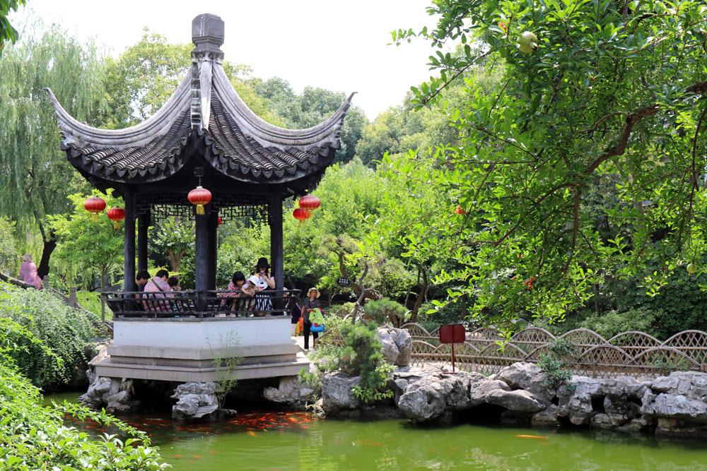 Zentrales Element im Yan's Garden ist der große Teich