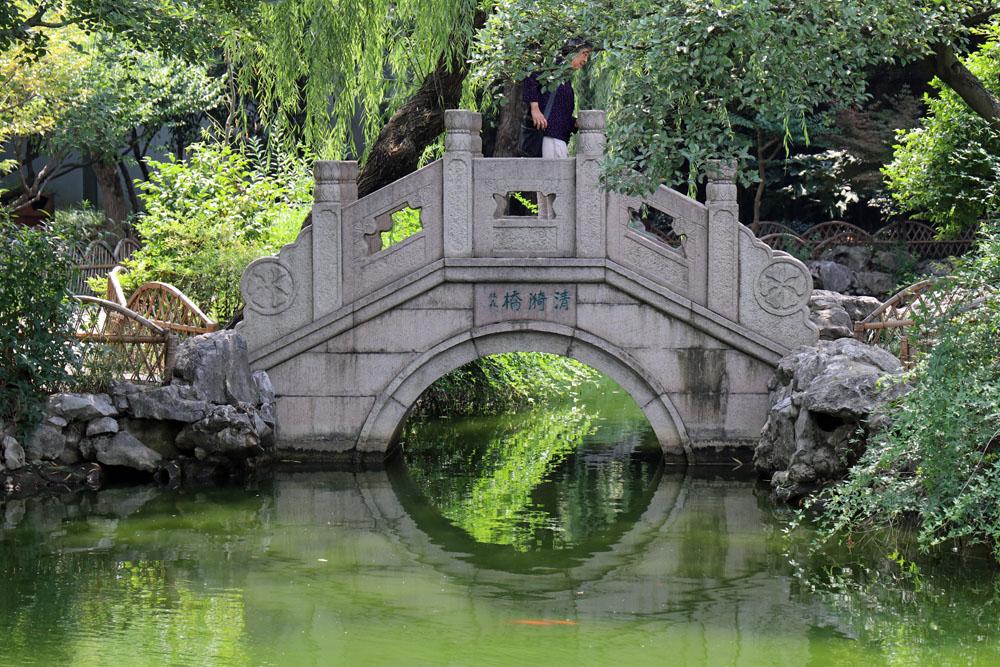 In chinesischen Gärten sind immer viele Steinbrücken zu finden