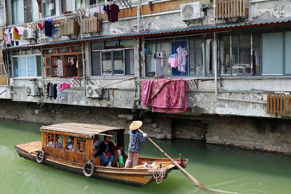 Vom Wasser aus bekommt man einen ganz besonderen Einblick ins Leben der Chinesen am Kaiserkanal in Suzhou