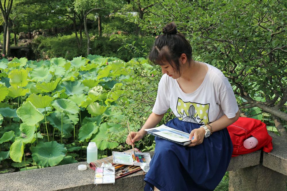 Einheimische nutzen den Garten des bescheidenen Beamten in Suzhou zum Zeichnen