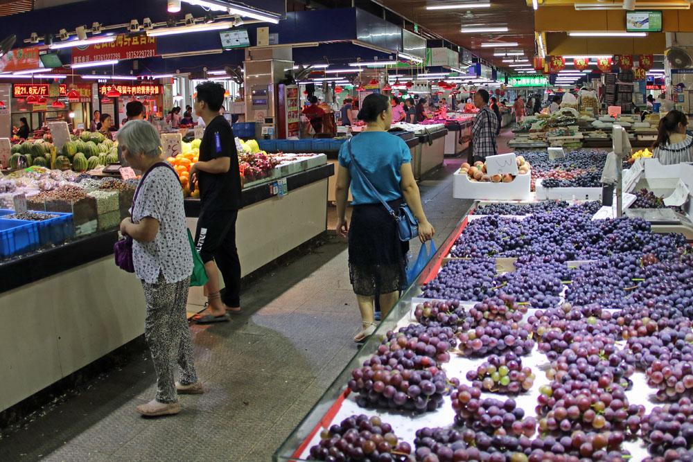 In der unteren Etage der China Markthalle in Suzhou gibt es Obst in Hülle und Fülle