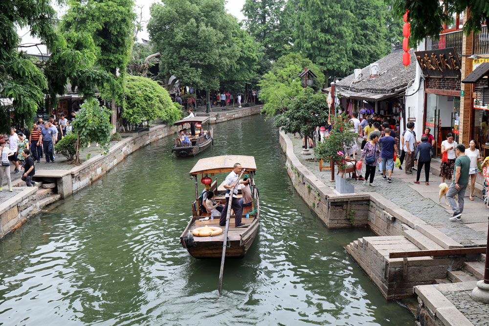 Das Wasserdorf Zhujiajiao bei Shanghai in China ist von Kanälen durchzogen