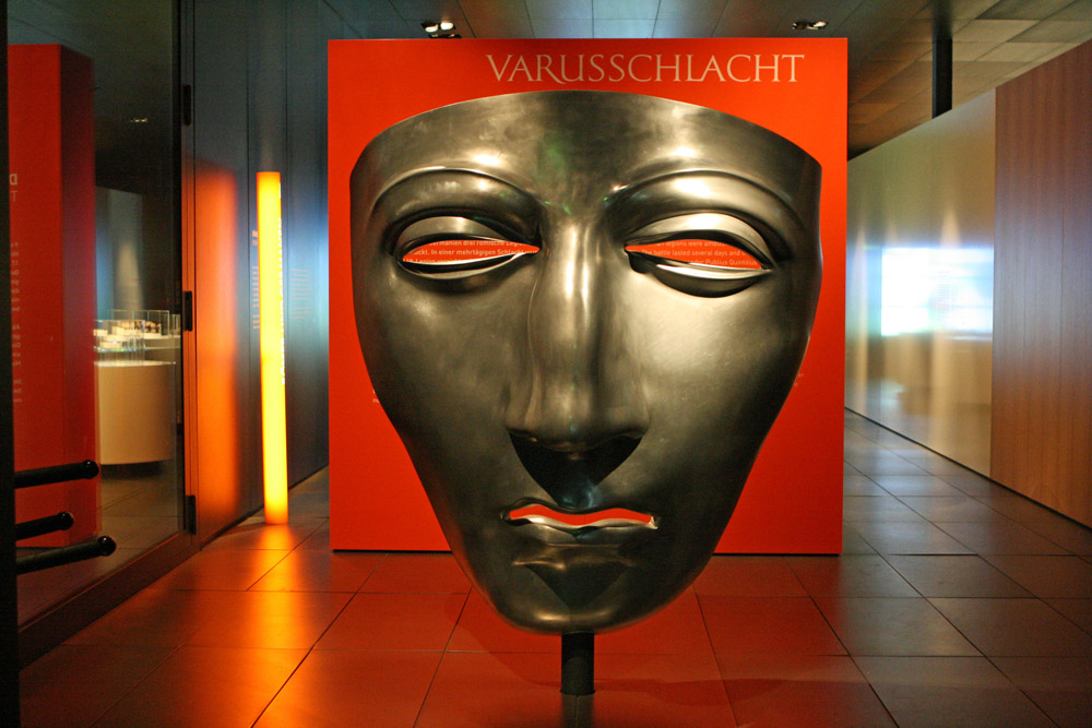 Der bekannteste Fund in Kalkriese ist eine Reitermaske. Diese ist im Museum ausgestellt und auch in Übergröße als Nachbildung zu sehen
