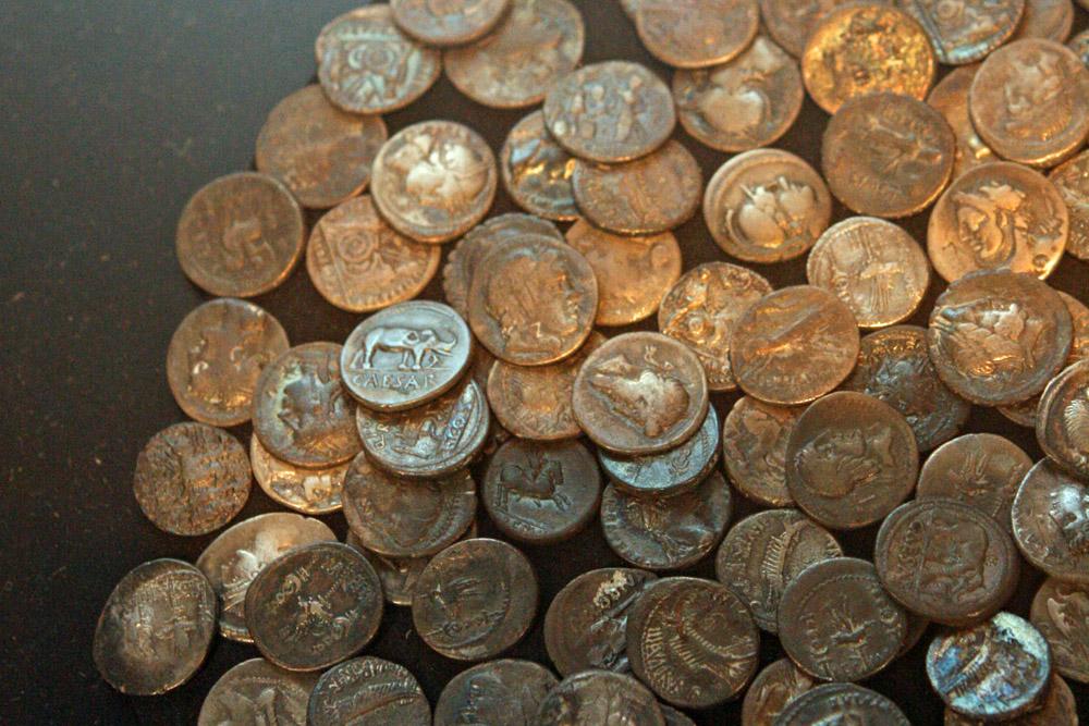 In Kalkriese bei Osnabrück wurden viele Funde, wie diese Münzen, gemacht. Diese deuten auf den Ort der Varusschlacht hin