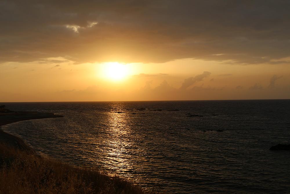 Sonnenuntergang über dem Meer bei der Akamas Halbinsel auf Zypern