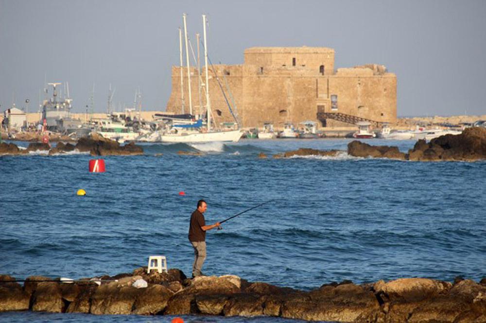 Fotos, die Lust auf Zypern machen. Hier ein Fischer und die Burg in Paphos