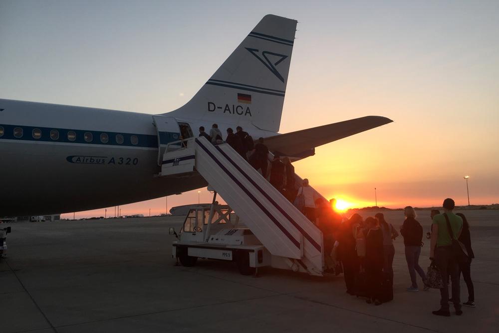 Fotos, die Lust auf Zypern machen. Hier ein Flugzeug der Condor zum Sonnenuntergang
