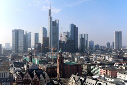 Vom Kaiserdom aus ist die Skline Frankfurts mit den Hochhäusern und der Paulskirche im Vordergrund perfekt zu sehen.
