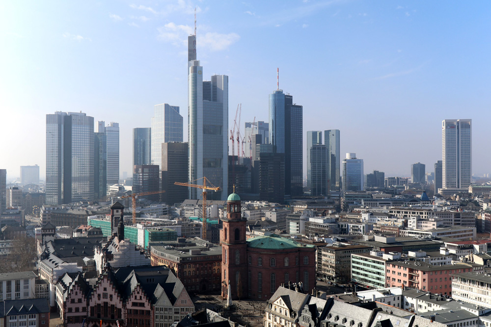 Vom Kaiserdom aus ist die Skyline Frankfurts mit den Hochhäusern und der Paulskirche im Vordergrund perfekt zu sehen.