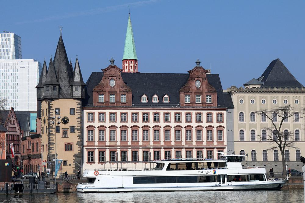 Auch viele alte Gebäude entdeckt man, wenn man am Ufer des Mains in Frankfurt entlang schlendert.