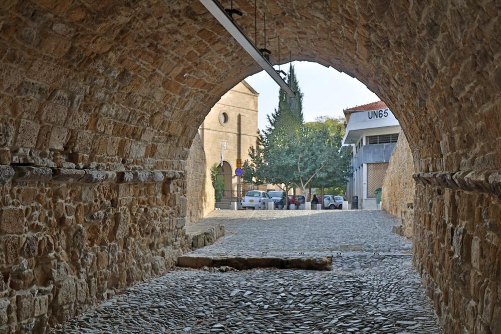 Blick vom Paphos Gate auf einen der UN-Türme in Nikosia